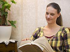 Lesender Gast im Hotel Austria