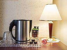 Wasserkocher mit Teebeutel, Instantkaffee, Kaffeesahne