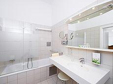 Großzügiges Badezimmer mit Kosmetikspiegel