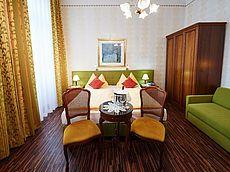 Doppelzimmer mit Sitzbereich und Sitzcouch