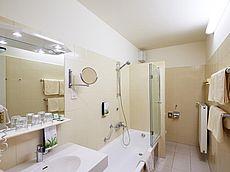 Badezimmer mit Badewanne und Duschmöglichkeit