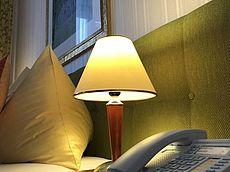 Telefon und Nachtischlampe im Zimmer